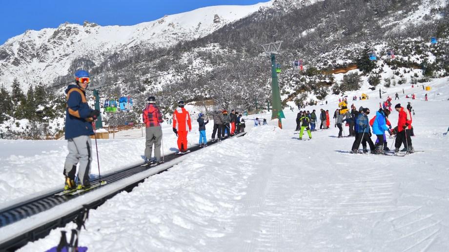 El Play Park de la Base es el escenario para aprender a esquiar.