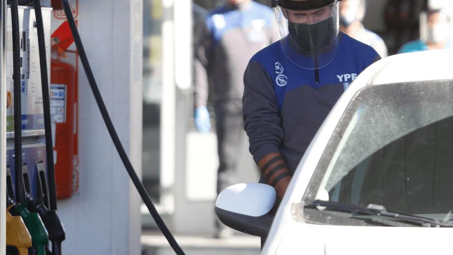 Estacioneros aseguran que habrá un nuevo aumento de combustibles antes de que termine el año. (Foto: Juan Thomes)