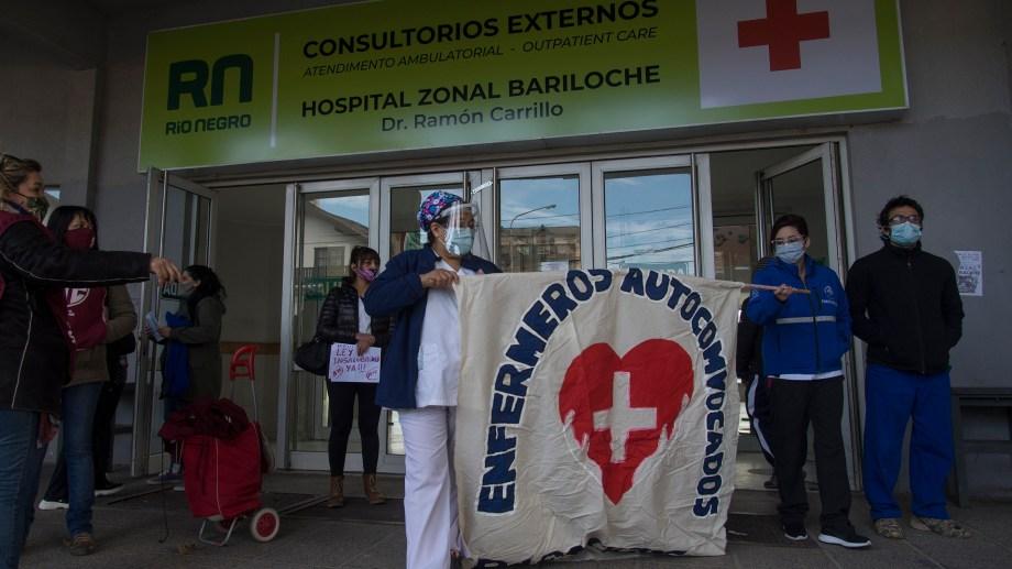 Después del abrazo simbólico, marcharon al Centro Cívico. Foto: Marcelo Martínez