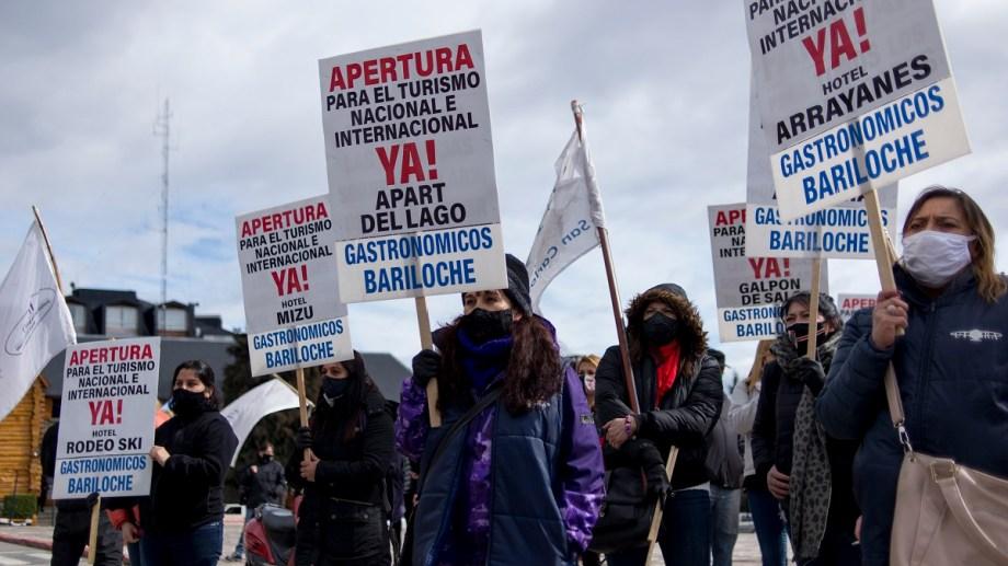 El plan del municipio de Bariloche para reabrir el turismo regional fue anunciado en una protesta de gastronómicos. Foto: Marcelo Martinez