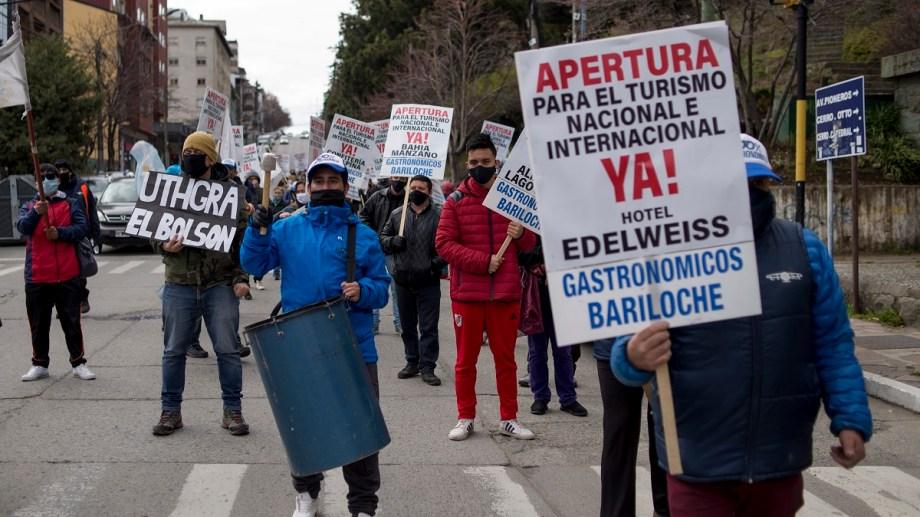 Los trabajadores gastronómicos esta semana marcharon por la apertura del turismo y ahora harán un planteo por los ingresos de los trabajadores temporarios. Archivo