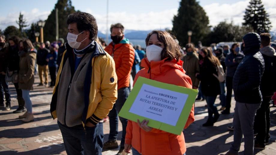 En la marcha de esta mañana, hubo reclamos por la llegada de vuelos privados a Bariloche. Foto: Marcelo Martínez