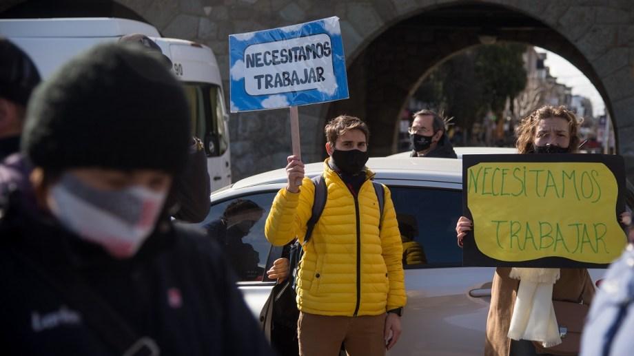 """""""Mientras llegan aviones privados con gente que tiene dinero, nosotros nos fundimos"""", reclamó una manifestante en Bariloche. Foto: Marcelo Martínez"""