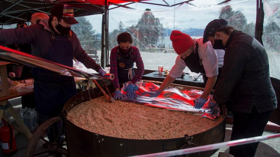 Dos reconocidos chef de Bariloche cocinaron en el centro Cívico un pollo al disco solidario y en reclamo de ayudas. Foto: Marcelo Martinez
