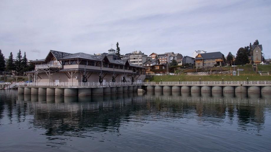 La municipalidad de Bariloche prepara el pliego de licitación y planea recuperar el espacio con una marina. Foto: Marcelo Martínez