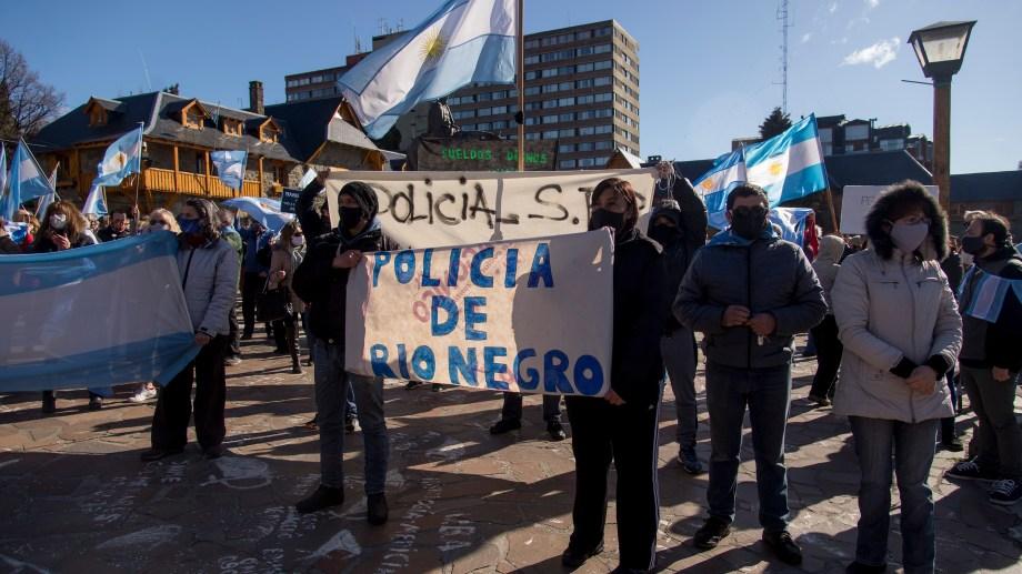 Familiares de policías ayer mantenían el acampe frente a la Regional de Bariloche y participaron de la protesta contra el Gobierno nacional para exhibir su reclamo. Foto: Marcelo Martinez