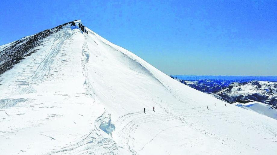 Una avalancha de placa sepultó bajo la nieve a un turista en el complejo Baguales, a 60 kilómetros de Bariloche.