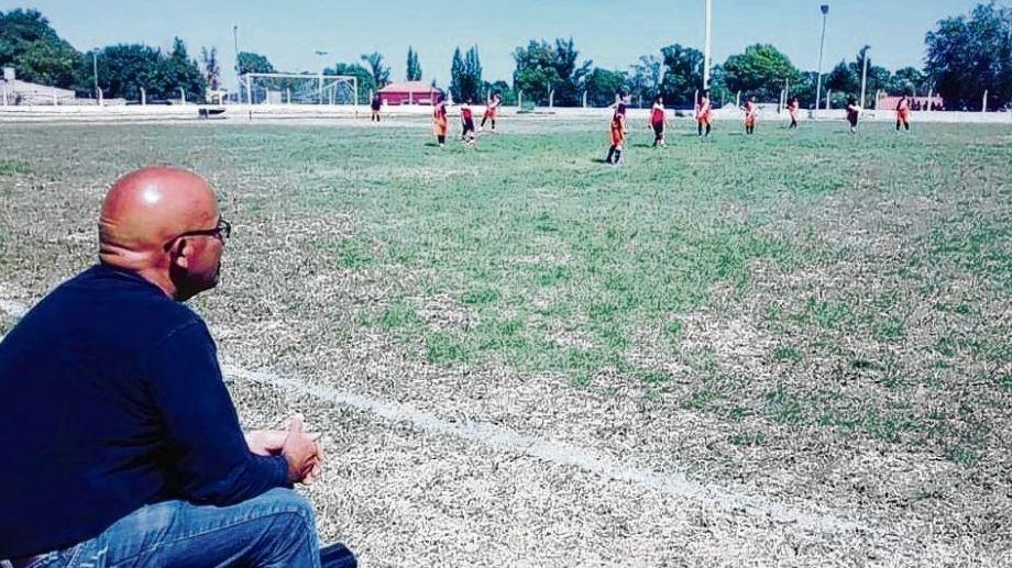 El entrañable Pony Oviedo, gran personaje del fútbol de Río Colorado. Fotos de Jorge Tanos.