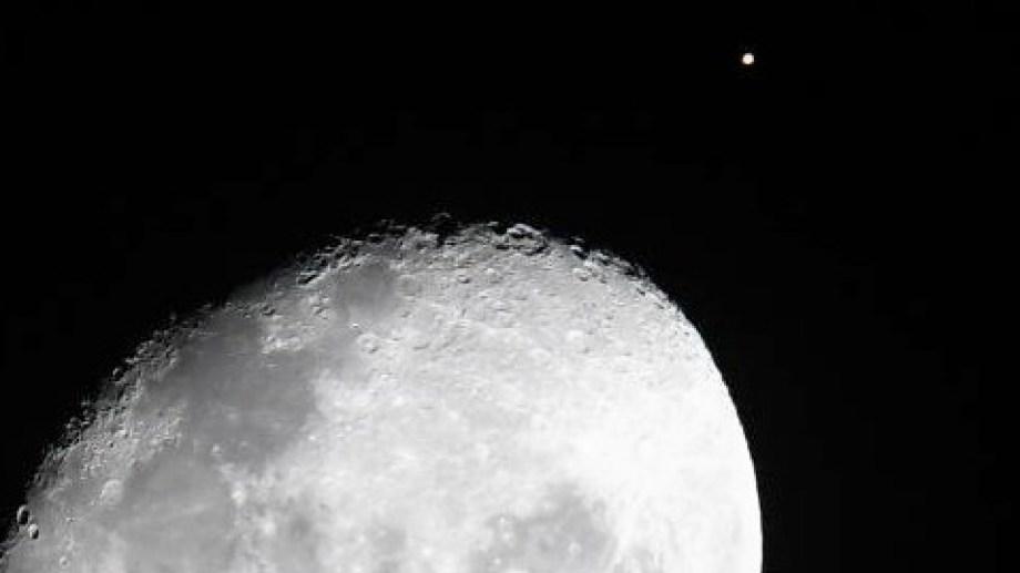 """La Luna a punto de tapar al planeta rojo por el fenómeno de la """"conjunción rasante"""", desde la perspectiva de la Tierra.  Foto: Alejandro Carnevale"""