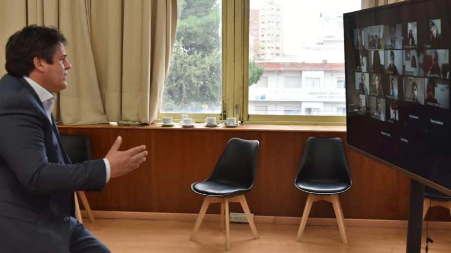 El jefe comunal de Neuquén se reunió con los jóvenes a través de una videoconferencia. (Neuquén capital)