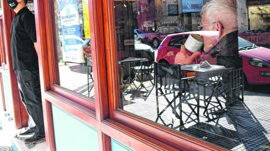 Los sitios de gastronomía respetan en líneas generales el distanciamiento y la capacidad de los locales según informó la municipalidad de Neuquén. (Florencia Salto)