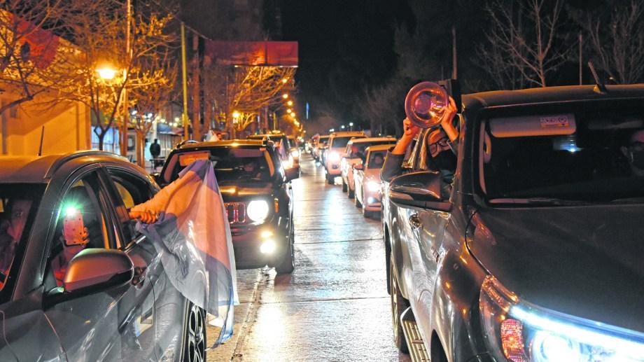 Hubo bocinazo en el centro de Neuquén contra la medida de Gutiérrez (Florencia Salto)