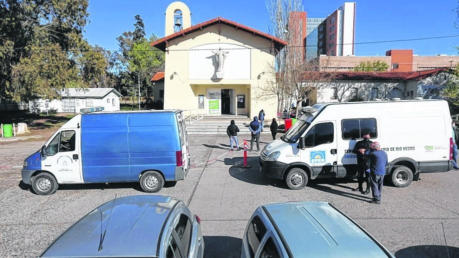 El hospital de Roca ayer, con fila para el consultorio respiratorio. (Foto: Juan Thomes)