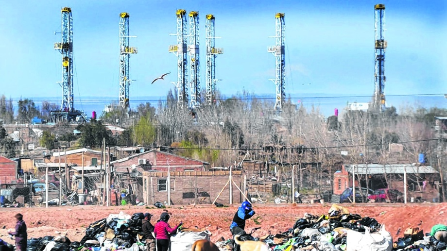 El contraste de la inversión petrolera y quienes sobreviven en el basural de Neuquén. (Yamil Regules)