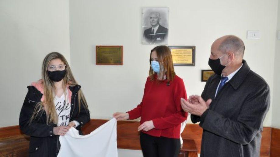 Constanza Ramallo, nieta de Mario Del Carpio Melgar, participó junto a la directora del hospital Alejandra Lépori y al intendente Carlos Toro del descubrimiento de la placa en honor a su abuelo. (Foto: José Mellado)