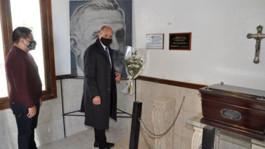 Las actividades incluyeron una visita al cementerio local para visitar la tumba del ingeniero Guido Jacobacci (Foto: José Mellado)