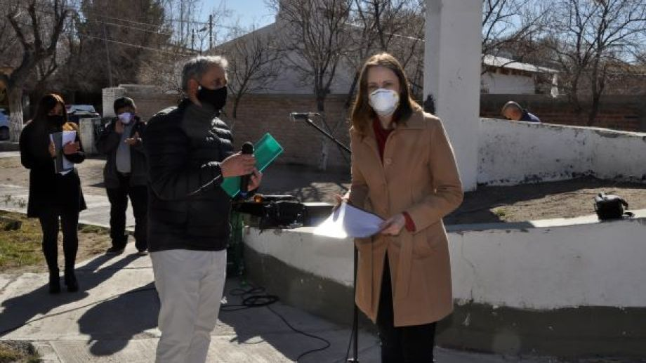La directora del hospital Alejandra Lépori recibió un respirador artificial donado por la empresa Patagonia Gold. Entregó el representante en Jacobacci, Ricardo Williams. (Foto: José Mellado)