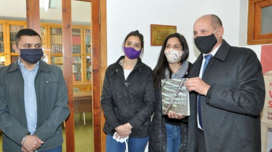 Florencia y Candela Vejar Chucair, nietas de Elías Chucair descubrieron una placa en la biblioteca popular Bernardino Rivadavia, en honor al escritor. (Foto: José Mellado)