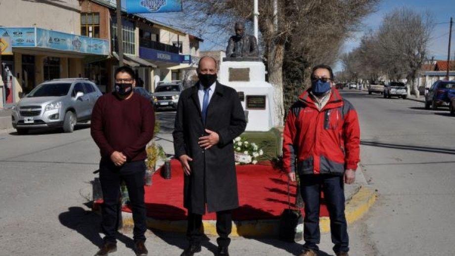 El concejal Daniel Cari (UCR) y el Revisor de Cuentas, César Oyarzo (JSRN), junto al intendente Carlos Toro (UCR) depositaron la ofrenda floral en el busto del Ingeniero Guido Jacobacci. (Foto: José Mellado)