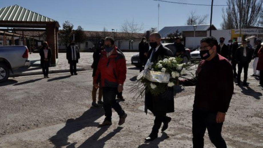 También se colocó una ofrenda floral en el busto del Ingeniero Jacobacci, de la avenida San Martín. (Foto: José Mellado)