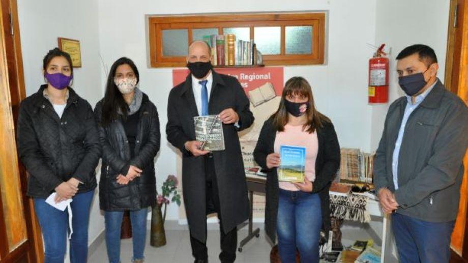 """Un momento emotivo se vivió en la biblioteca popular """"Bernerdino Rivadavia"""" (Foto: José Mellado)"""