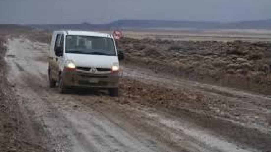 Restan pavimentar 93 kilómetros entre Jacobacci y Dina Huapi. En invierno se tornan prácticamente intransitables. (Foto: José Mellado)