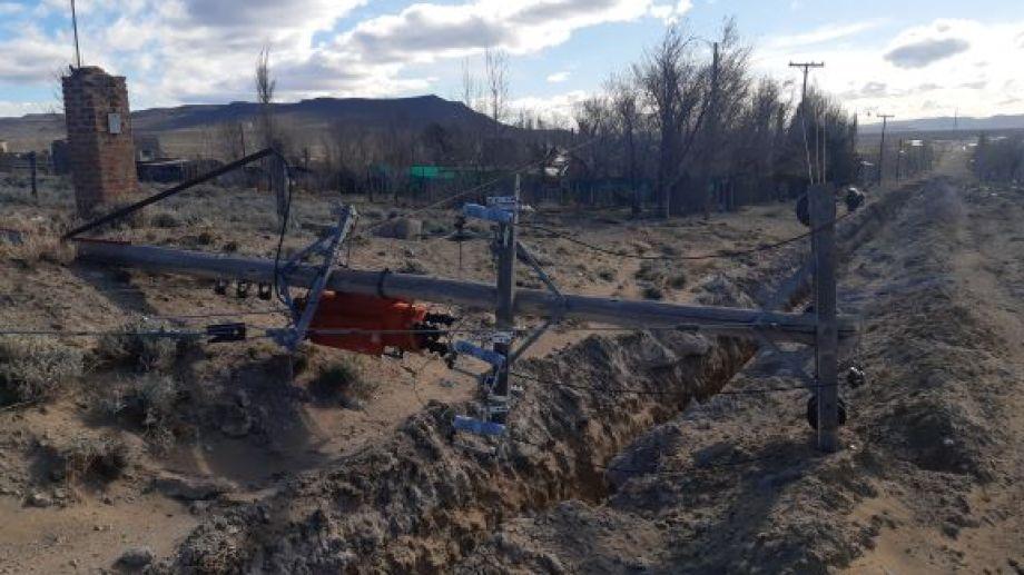 Un poste del tendido eléctrico que sostenía un transformador fue derribado por las fuertes ráfagas que azotaron a Jacobacci. (Foto: José Mellado)