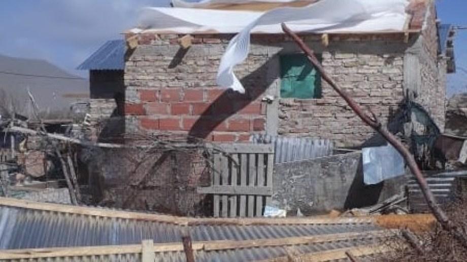 Varias construcciones sufrieron daños en sus techos. (Foto: José Mellado)