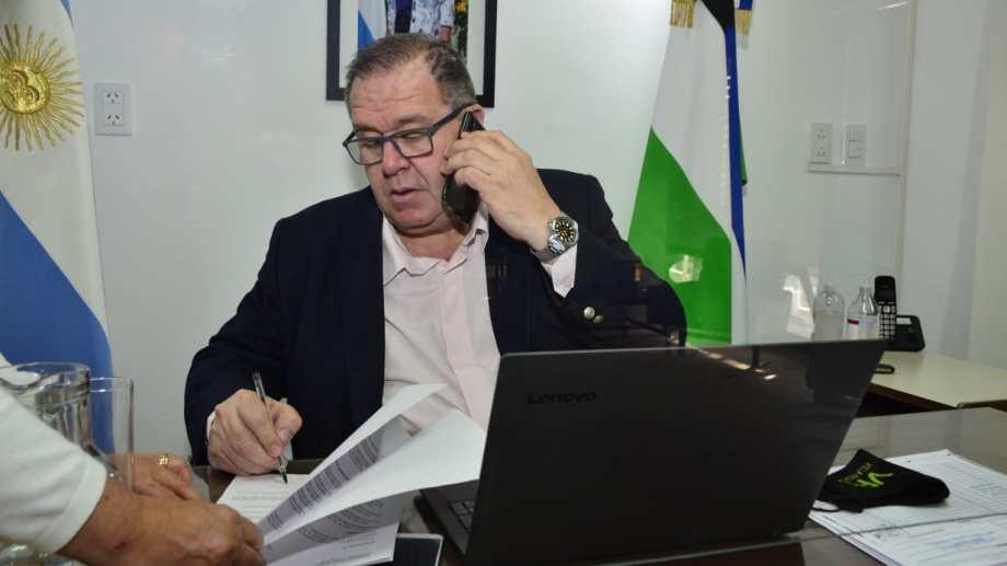 El intendente Marcelo Orazi firmó el decreto de medidas a aplicarse en Regina. (Foto Néstor Salas)