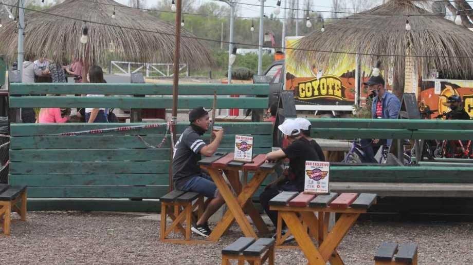 El Municipio de Neuquén anunció que amplió horarios para comercios y gastronómicos. (Archivo Oscar Livera)