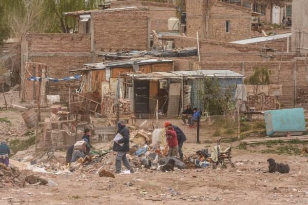 Viven en medio de la basura en Roca y esquivan la pandemia