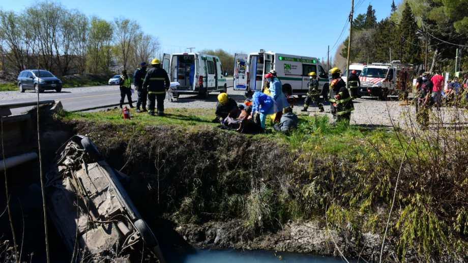 Un auto con 9 personas a bordo volcó en Roca. Foto Andrés Maripe.