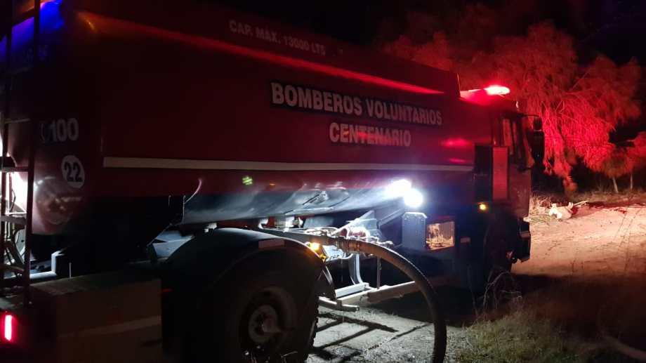 Bomberos de Centenario sofocaron dos incendios ayer por la noche, en calle 3 y 4. (Gentileza).