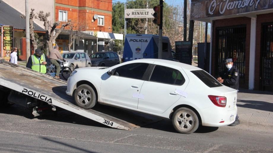 Desde el domingo, los operativos de secuestro de autos  están a cargo de la policía debido a la merma de municipales. (Foto: Oscar Livera)