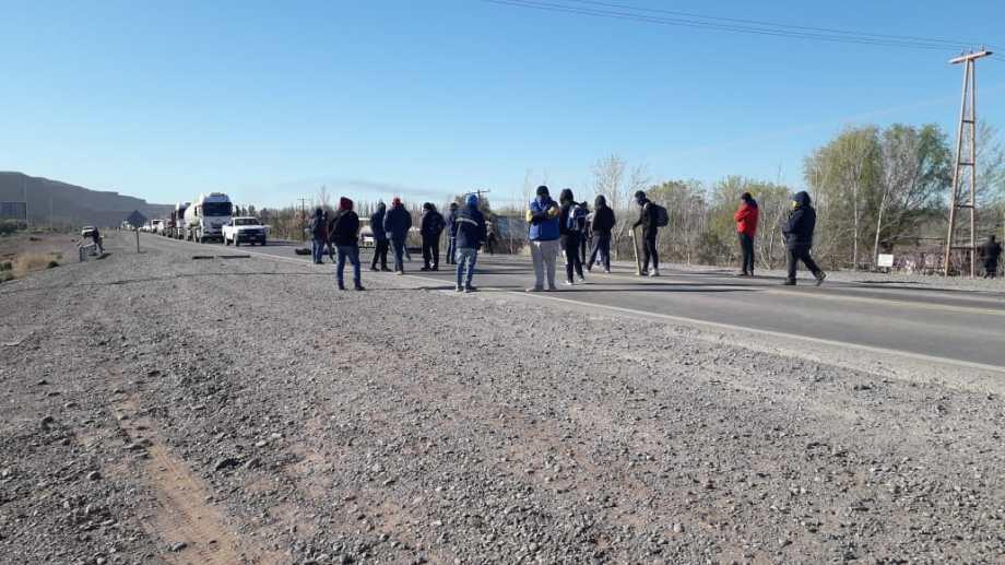Desocupados de Añelo bloquean distintos acceso a la localidad. Impiden el paso de vehículos pertenecientes al rubro petrolero. (Foto: Gentileza).