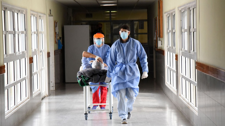 Médicos trasladan a un enfermo en un hospital de la región. (Foto: Florencia Salto)