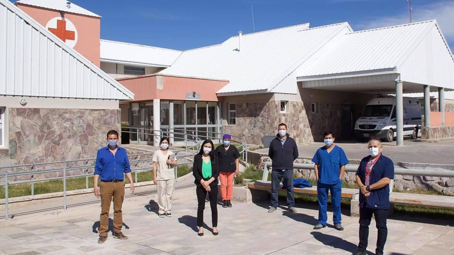 La ministra de Salud, Andrea Peve, visitó el hospital de Piedra del Águila junto al intendente Julio Hernández. (Prensa Ministerio de Salud)