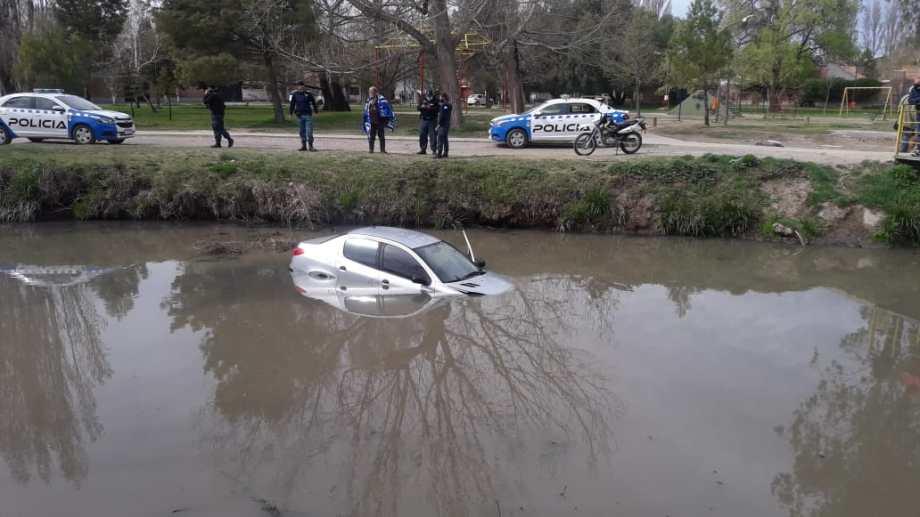 Un grupo de vecinos ayudó a que pudiera salir el conductor. Foto:  Ricardo Muti