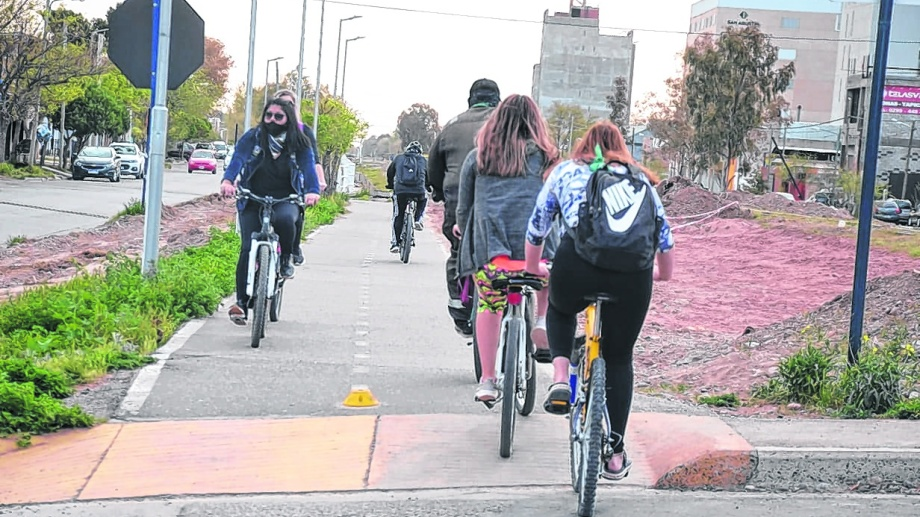 Cada vez más neuquinos utilizan la bici para trasladarse hacia sus lugares de trabajo. (FOTO: Yamil Regules)