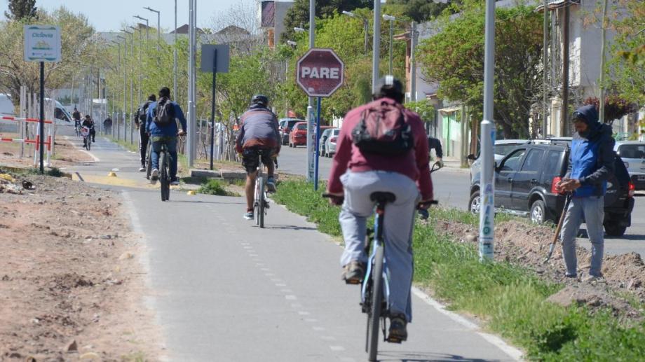 Con los nuevos tramos se podrá ir por la ciclovía desde la rotonda de Autovía Norte hasta el centro de Neuquén.. Foto: Yamil Regules