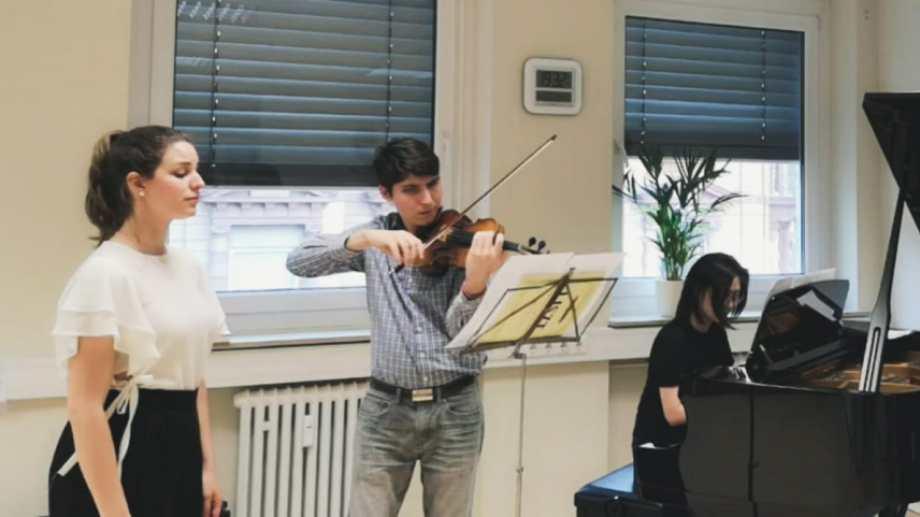 Fiorella y Franco en un ensayo con una pianista en el Conservatorio Hoch en Frankfurt.