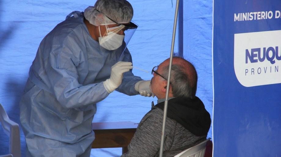 En la provincia de Neuquén se siguen tres estrategias de seguimiento epidemiológico, una de ellas es DetectAR, que se realiza en los barrios. Foto: archivo Oscar Livera
