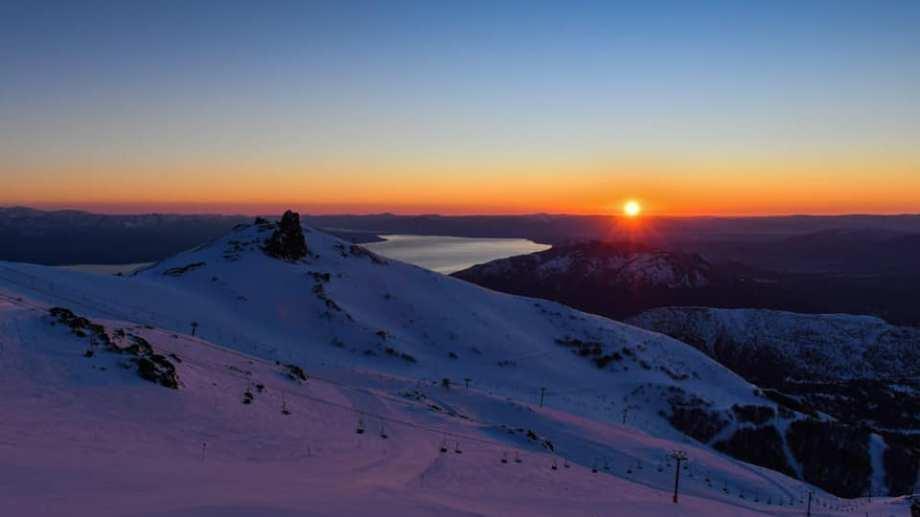 Los últimos amaneceres desde la cima del cerro Catedral dieron pie a grandes jornadas de esquí. Hoy cierra la temporada. Foto Gentileza Capsa