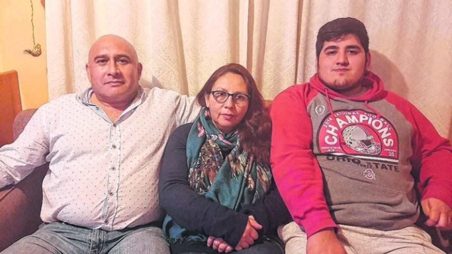 Jorge Pérez (a la derecha) junto a sus tíos que lo recibieron en Curacaví, cerca de Santiago. Foto: gentileza