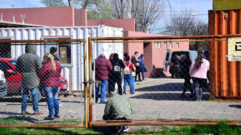 En el hospital de Regina la gente espera para someterse al hisopado. (Foto Néstor Salas)
