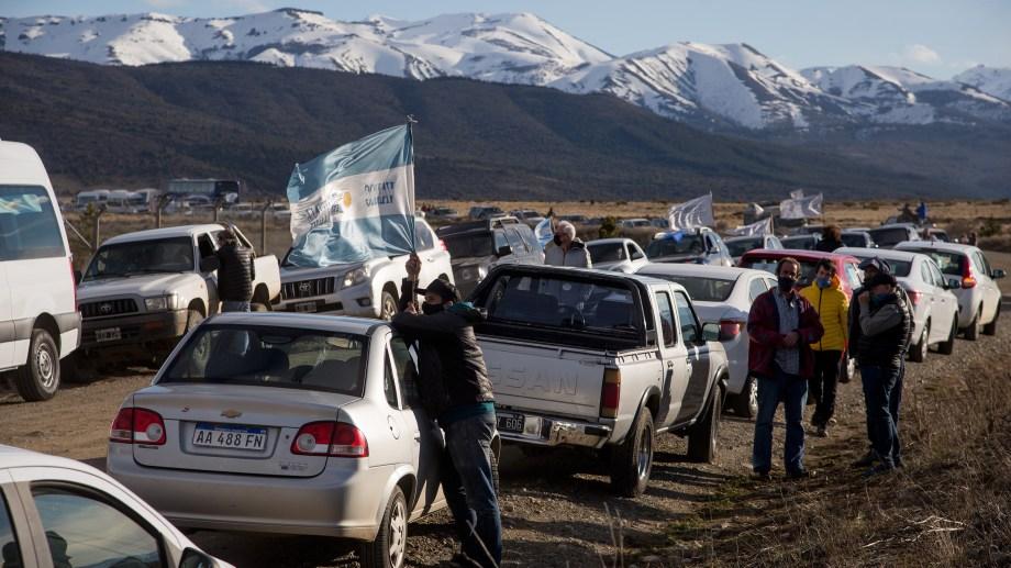 La caravana salió esta tarde de lunes desde el centro de Bariloche y se dirigió al aeropuerto, distante a unos 15 kilómetros para pedir la reapertura del turismo. (Foto Marcelo Martínez)