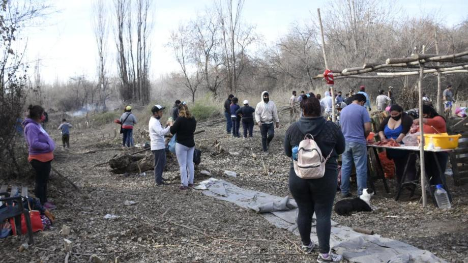 Más de 50 familias se instalaron en una chacara aledaña al barrio Labraña. (foto Florencia Salto)