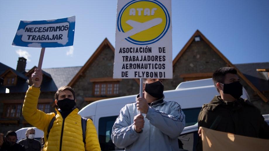 Diez días atrás el sector turístico reclamó en Bariloche por la reapertura de rutas aéreas. Hoy volverán a las calles. Archivo