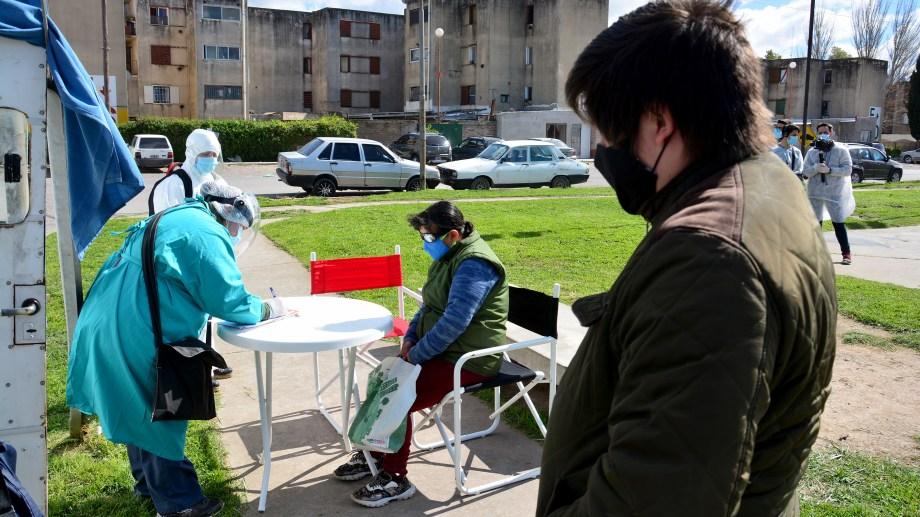 El trabajo se realizó en los barrios Guido, e Inalauquen, y en la toma Unión. Foto: Marcelo Ochoa
