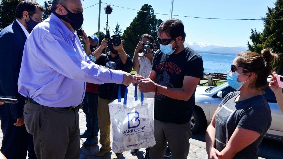 El médico y la enfermera de Roca fueron recibidos por el intendente Gennuso.